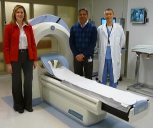 از چپ به راست: Dr.Cara Willems سرپرست بخش تحقیقات تجهیزات پزشکی هسته ای در بیمارستان اتوبیکو، Umesh Gandhi، تکنسین دستگاه دوربین گاما و Kane Szeto تکنسین تجهیزات پزشکی هسته ای