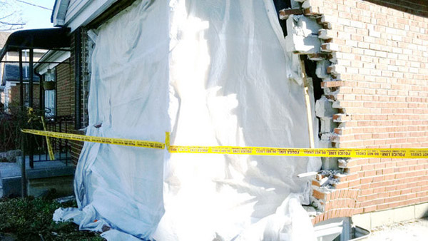 عکس از قسمتی از خانه مسکونی که در اثر برخورد اتومبیل تخریب شده است