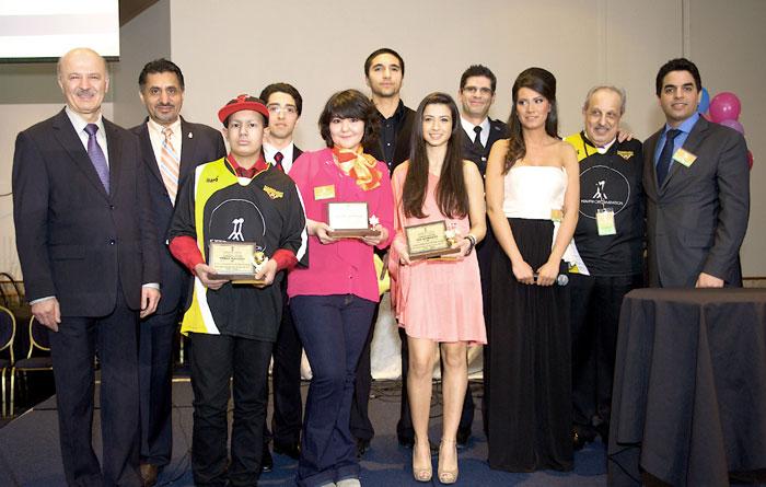 جمعی از شرکت کنندگان در مراسم فاندریزینگ موسسه حمایت از جوانان ایرانی-کانادایی