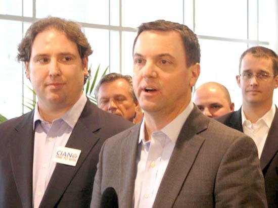 تیم هود اک رهبر حزب محافظه کار انتاریو (راست) ریچارد سیــانو Richard Ciano (چپ) پرزیدنت جدید حزب محافظه کار انتاریو