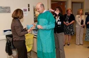 دکتر رضا مریدی در حال کار و کمک در بخشهای مختلف بیمارستان یورکسنترال
