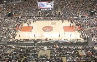 «شب ایرانی» در ایرکانادا سنتر، بازی تورنتو رپترز در مقابل نیوجرسی نتز، این بازی در مقابل 15 هزار تماشاچی که بالغ بر 300 تن از آنان از نوجوانان و اعضای کامیونیتی ایرانی بودند، با نتیجه 98 بر 67 به نفع رپترز به پایان رسید. -پنجشنبه 26 اپریل 2012، ایر کانادا سنتر، عکس از سلام تورنتو
