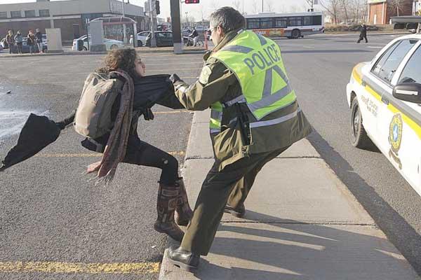 یلدا مشعوف خدیر در هنگام دستگیری توسط پلیس