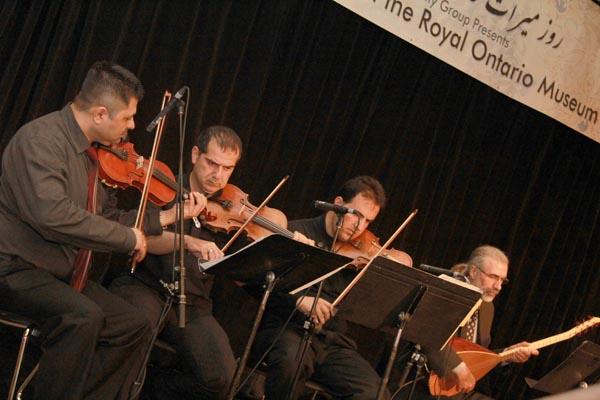 گروه موسیقی ژوان یکی از گروههای موسیقی شرکت کننده در روز «میراث فرهنگی ایران» در حال اجرای موسیقی. 26 می 2012 - عکس از سلام تورنتو