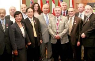 پیتر شرمن نماینده تورنهیل در پارلمان انتاریو همراه 14 تن از ساکنان تورنهیل که مفتخر به دریافت مدال Diamond Jubilee گردیدهاند