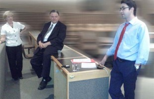 سه تن از سخنرانان در جلسه پرسش و پاسخ به ترتیب از راست به چپ: کاوه شهروز نایب رئیس کنگره ایرانیان کانادا، جیم کریجیانیس نماینده پارلمان و جودی اسکرو وزیر مهاجرت کانادا در سالهای 2003 و 2004 - عکس از سلام تورنتو