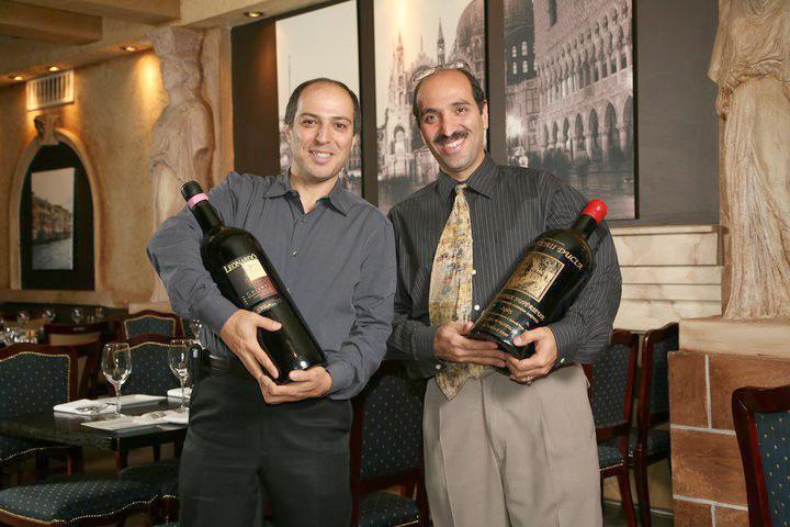سعید و ناصر فرنقی 10 سال است که این رستوران را مدیریت میکنند