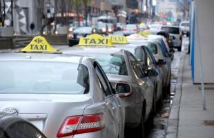 تاکسهای منتظر مسافر در یک ایستگاه تاکسی در تورنتو
