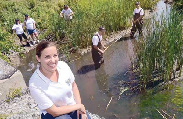 دبورا سیلور هماهنگ کننده برنامه Adopt-a-Stream خود با کسانی که از رودخانه های محلی مراقبت میکنند همکاری میکند.