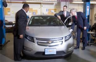 سهشنبه 24 جولای 2012 - استفن هارپر نخست وزیر کانادا در کنار دالتون مکگینتی نخست وزیر انتاریو و کوین ویلیامر پرزیدنت کمپانی جیام کانادا در حال آزمایش تکنولوژی Smart-grid در مجتمع اتومبیل سازی جیام در اشاوا (انتاریو).Photo by: Deb Ransom