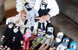 فیلیپ مارچند (Philip Marchand) برای خوشحالی بیماران بیمارستان سیک کیدز(Sick Kids) به آنان میمون های عروسکی اهدا خواهد کرد.