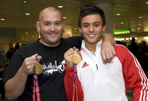 تام دیلی (سمت راست) و پدر او (سمت چپ)- تام میگوید که در آینده امیدوار است مانند پدر خود پدری مهربان و شجاع باشد.