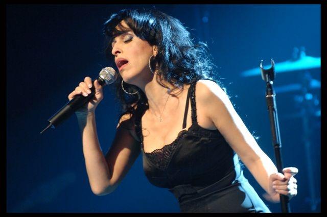 ریتا جهانفروز خواننده مشهور اسرائیلی - ایرانی در حال اجرای برنامه