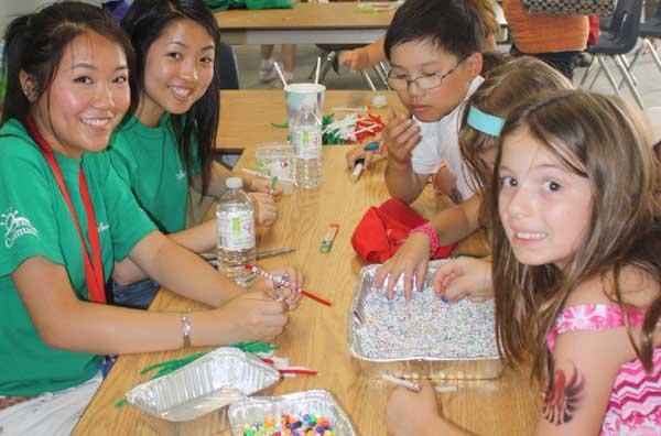 گروهی از داوطلبان فستیوالRib در بخش فعالیت های کودکان.