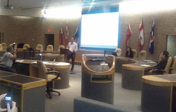 صحنهای از جلسه گزارش دیدار با مسئولین بانک تیدی توسط کنگره ایرانیان کانادا و معترض به بانک تیدی