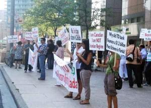 اجتماع معترضان به رفتار بانک تیدی -شنبه 25 اگوست 2012- تقاطع یانگ و فینچ (تورنتو) -عکس از سلام تورنتو