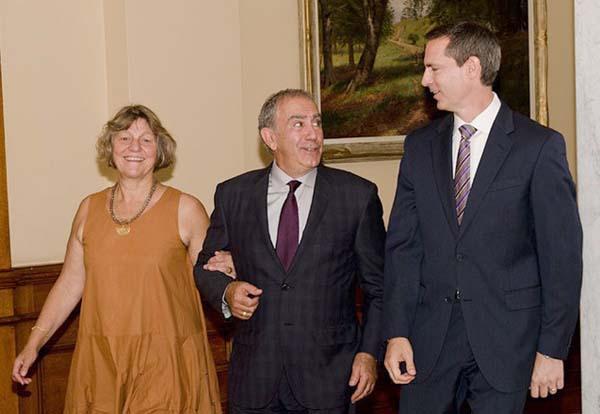 کرگ سوربارو نماینده قبلی حوزه وان در پارلمان انتاریو (نفر وسط) در کنار دالتون مکگینتی نخست وزیر انتاریو (راست)