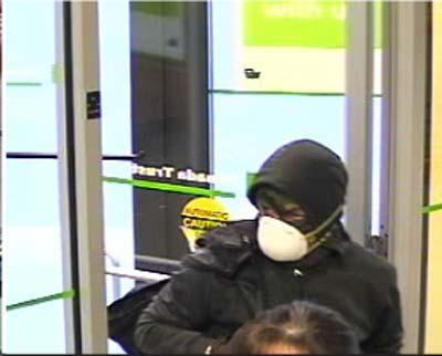 عکس سارق هنگام ورود به بانک TD در روز دوشنبه ۱۳ آگوست ۲۰۱۲ پلیس منطقه یورک عکسی از فرد مظنون که در صحنه سرقت در بانک تیدی حضور داشت منتشر کرد و از مردم برای دستگیری این فرد کمک خواست