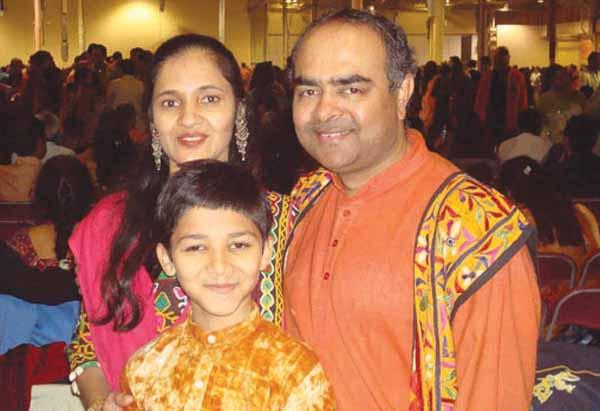 Jayesh Prajapati به همراه اعضای خانوده