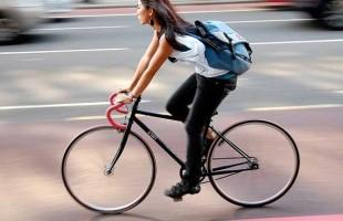 مطالعات جدید نشان می دهد که دوچرخه سوارانی که بدون کلاه ایمنی دوچرخه سواری میکنند سه برابر بیشتر از افرادی که مرتب کلاه ایمنی خود را می پوشند، به دلیل ضربات کشنده به مغز می میرند.