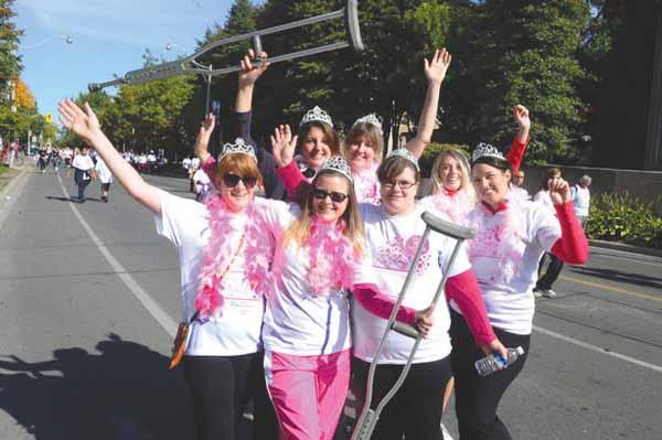"""رویداد """"دویدن برای کسب درمان"""" (CIBC Run For The Cure) در شهر تورنتو امسال با شرکت بیشتر از ۱۸.۰۰۰ نفر توانست بیش از ۴ میلیون دلار کمک مالی برای تحقیقات سرطان سینه و برنامه های آگاهی جمعآوری کند."""
