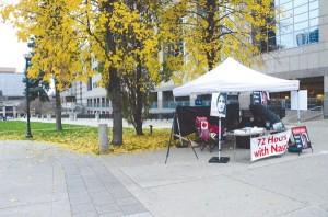 چادر اعتصاب غذا در میدان مللستمن تورنتو. این میدان تا کنون شاهد برنامهها و تظاهرات متعددی از سوی کامیونیتی ایرانی بوده است که پیوسته خواستار دموکراسی در ایران بوده و هستند.