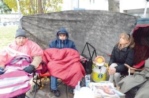حتی سرمای ناشی از طوفان Sandy نتوانست مانعی بر سر ادامه اعتصاب غذای فعالان کامیونیتی ایرانی ایجاد کند. به ترتیب از سمت راست، گلوریا یزدانی، یاسر شفیعی و کاووس صوفی در میدان مللستمن تورنتو برای مدت 72 ساعت جهت حمایت از نسرین ستوده وکیل مدافع حقوق بشر که از 25 ماه پیش در ایران در زندان به سر میبرد، دست به اعتصاب غذا زدند.