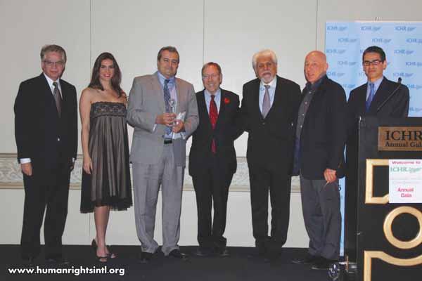 (سومین نفر از سمت چپ) آقای نیکآهنگ کوثر به نمایندگی از طرف عباس امیرانتظام (قدیمیترین زندانی سیاسی ایران) جایزه سالانه ICHR را دریافت کرد.