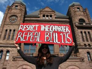 دانش آموزی در تورنتو مخالفت خود را با لایحه 115 نشان می دهد
