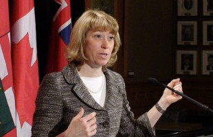 Laurel Broten، وزیر آموزش و پرورش در چارچوب لایحه 115 بالاخره قراداد ٢ ساله ای که حقوق معلمان را  منجمد خواهد کرد، حق چانه زنی جمعی آنان را کاهش خواهد داد و حق اعتصاب را از آنان خواهد گرفت،  بر معلمان تحمیل کرد