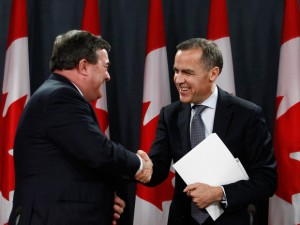 مارک گارنی ( راست) رئیس بانک مرکزی کانادا و جیم فلاهرتی ( چپ)  وزیر دارایی کانادا بارها به کانادایی ها هشدار داده اند که مراقب باشند و بدهی های خود را پایین بیاورند زیرا نرخ یهره همیشه در این حد پائین نخواهد ماند و بالا خواهد رفت.