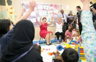 کاتلین وین نخست وزیر انتاریو در بازدید از یک مرکز دولتی کودکان