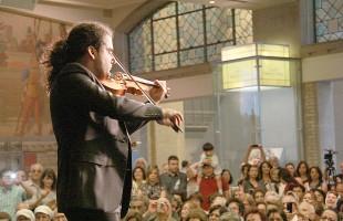 یکی از هنرمندان ایرانی در حال اجرای موسیقی در روز میراث فرهنگی ایران در سال ٢٠١٢-عکس از سلام تورنتو.
