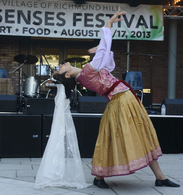 بیتا جعفری، هنرمند با استعداد رقص ایرانی، با لباس قاجاری در حال اجرا رقص کلاسیک ایرانی در فستیوال حواس پنجگانه.
