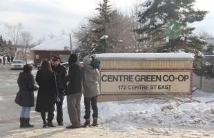 خبرنگاران رسانه های گوناگون بعدازظهر چهارشنبه در مقابل این مجموعه مسکونی در انتظار دریافت جزییات بیشتر این اتفاق بودند، عکس از سلام تورنتو