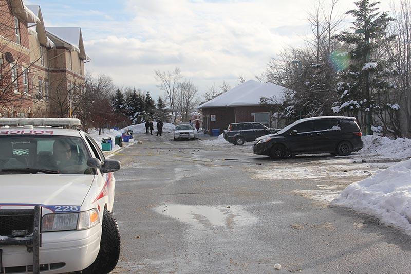 اتومبيل Lexul قرمز رنگ که سه قرباني گلوله خورده در آن قرار داشتند در اين پارکينگ لات قرار داشت. اين عکس توسط خبرنگار سلام تورنتو  بعدازظهر چهارشنبه 8 ژانويه 2014 ساعتي پس از بيرون برده شدن اتومبيل مذکور توسط پليس، گرفته شد.