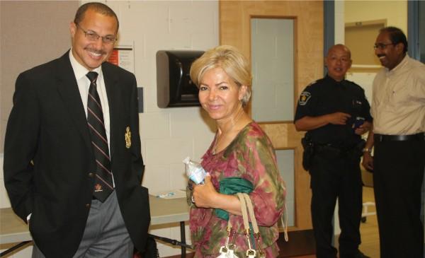 André Crawford، معاون جدید فرمانده نیروهـای پلیـس منطقـه (سمت چپ)، به همراه نازی میر، کاندیدای هیات امنای مدارس دولتی ریچموندهیل در انتخابات اکتبر 2014
