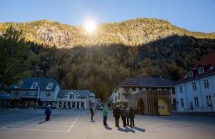 6 ماه در سال بی آفتابی شهر کوچکی در مرکز نروژ به پایان رسید  برای اولین بار میدان اصلی شهر ریوکان در اکتبر سال گذشته شاهد اشعه منعکس شده خورشید از بالای کوه مجاور بود