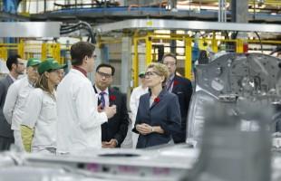 کاتلین وین نخست وزیر انتاریو همراه با براد دوگود، وزیر توسعه اقتصادی انتاریو در حین  بازدید از کارخانه هوندا در شهر آلیستون / پنجشنبه، 6 نوامبر 2014