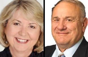 پت پرکینز (دست چپ)  نماینده حوزه ویت بی ـ  اوشاوا و جیم اگلینزکی نماینده یلوهد آلبرتا