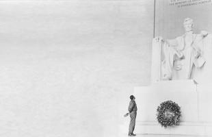 فیدل کاسترو در حال گذاشتن دسته گلی بر مجسمه یادبود ابراهام لینکلن در واشنگتن دی سی در سال 1957