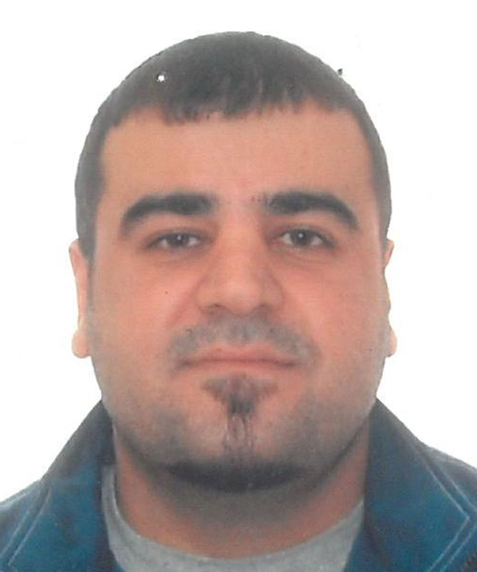 Name: Bayani, Omid  Alias:s Bayani, Omid   Carr, Wayne   Gender: Male  Date of Birth: h 02-02-s1975  Place of Birth: Iran  Last Known Address: Vancouver, British Columbia  Identifying Features: None  This individual is the subject of an active Canada-wide warrant for removal because he is inadmissible to Canada. This individual is inadmissible to Canada for serious criminality