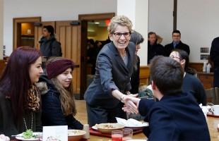 کاتلین وین نخست وزیر انتاریو در ملاقات و گفتگو با دانشجویان دانشگاه کوئینز در کافه تریای بن رای هال دوشنبه 19 ژانویه 2015