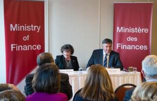 چارلز سوسا، وزیردارایی انتاریو، در یکی از جلسات مشاوره پیش درآمد بودجه در کمبریج