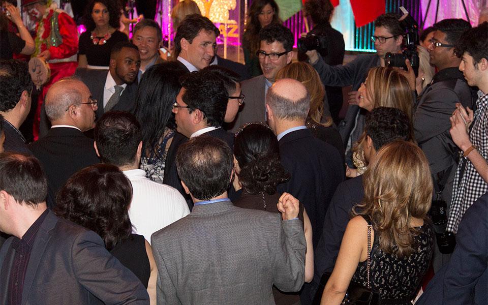 جاستین ترودو هنگام دیدار با مردم پس از تحویل سال نو