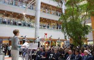 کتلین وین نخست وزیر کانادا در محوطه بیمارستان بِی کِرست گفت: سرمایه گذاری ما در این مرکز به امر پیشرفت در زمینه پِژوهش و مراقبت مغز کمک کرده و به تثبیت موقعیت ما به عنوان پیشگام پژوهش در این زمینه منتهی خواهد شد.
