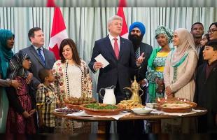 استفن هارپر نخست وزیر کانادا همراه با جیسون کنی وزیر دفاع ملی و وزیر مالتی کالچرالیسم، تیم اوپال وزیر رابط در امور مالتی کالچرالیسم، و سناتور سلما عطااله جان در این مراسم حضور داشتند.
