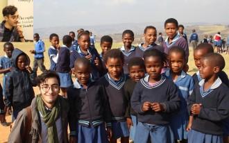 کوروش  هوشمند در میان دانش آموزان دبستانی روستای فاقد برق در  استان  Kwazulu-Natal  واقع در آفریقای جنوبی  که اولین پروژه استفاده  از پنل های خورشیدی به ابتکار  Solar For Life  در آن اجرا شد.