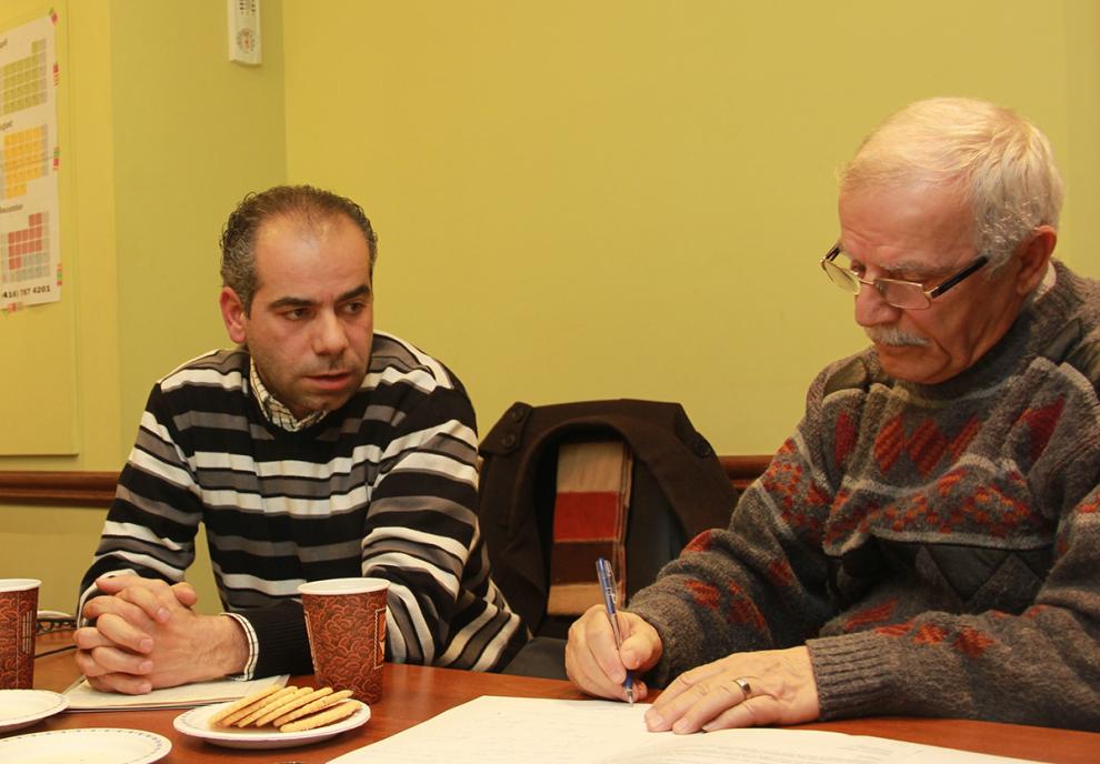 جمعه 8 ژانویه 2016 ـ دفتر سلام تورنتو ـ سرکیس آسادوریان  سخنان شاهه تاشجیان (چپ) را از ارمنی به انگلیسی ترجمه می کند. شاهه علاوه بر ارمنی به زبان عربی نیز تسلط دارد. عکس از سلام تورنتو