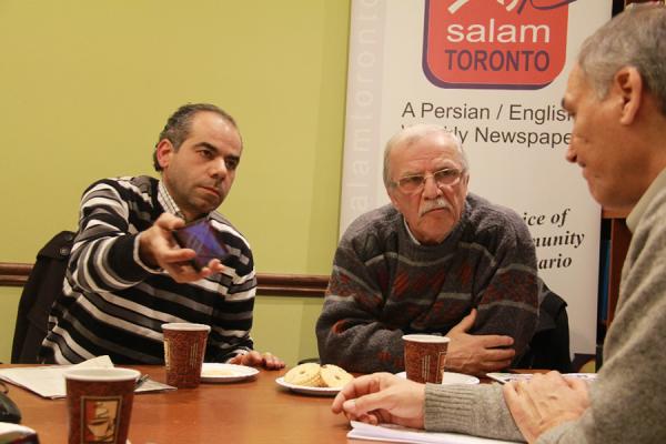 شاهه تاشجیان (چپ) از ارامنه سوریه که به همراه خانواده اش در 21 دسامبر 2015 به کانادا آمدند، در گفتگو با سلام تورنتو، عکسی از محلات ویران شده حلب را که با سلفون خود گرفته به ما نشان می دهد - عکس از سلام تورنتو